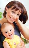 Retrato de una madre y de un bebé sonrientes Imagen de archivo libre de regalías