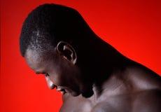 Retrato de una mirada africana del hombre abajo en rojo Fotografía de archivo
