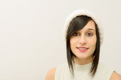 Retrato de una morenita bastante joven con el sombrero del invierno Foto de archivo
