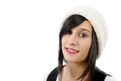 Retrato de una morenita bastante joven con el sombrero del invierno, en blanco Fotos de archivo