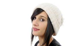 Retrato de una morenita bastante joven con el sombrero del invierno, en blanco Foto de archivo