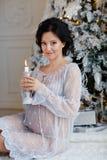 Retrato de una morenita embarazada de la muchacha en el vestido transparente azul i Imagen de archivo