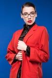 Retrato de una morenita en una chaqueta y vidrios Imagenes de archivo