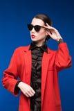 Retrato de una morenita en una chaqueta y vidrios Fotografía de archivo