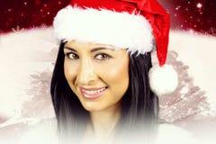 Retrato de una morenita hermosa con el sombrero de Papá Noel Imagenes de archivo