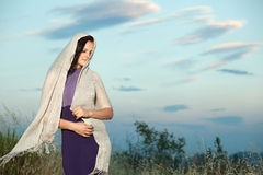 Retrato de una morenita hermosa en la ubicación Foto de archivo libre de regalías