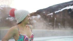 Retrato de una morenita hermosa en un sombrero y un traje de baño La muchacha se baña en aguas termales en las montañas Estación  metrajes