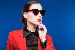 Retrato de una morenita joven en una chaqueta roja Imágenes de archivo libres de regalías