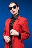 Retrato de una morenita joven en una chaqueta roja Imagenes de archivo