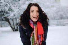 Retrato de una morenita sonriente joven en parque del invierno Imagenes de archivo