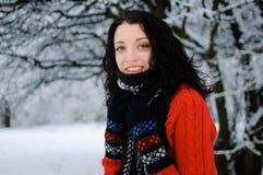 Retrato de una morenita sonriente joven en parque del invierno Fotografía de archivo libre de regalías