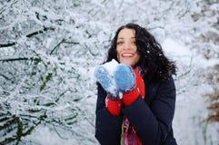 Retrato de una morenita sonriente joven en parque del invierno imagen de archivo libre de regalías