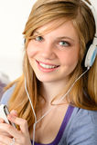 Retrato de una música que escucha del adolescente Foto de archivo