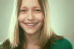 Retrato de una muchacha adolescente alegre Foto de archivo