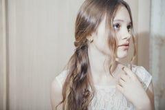 Retrato de una muchacha adolescente con el pelo largo Imágenes de archivo libres de regalías