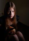 Retrato de una muchacha adolescente con el perro Imagenes de archivo