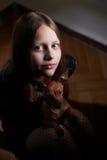 Retrato de una muchacha adolescente con el perro Imágenes de archivo libres de regalías