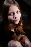 Retrato de una muchacha adolescente con el perro Fotos de archivo