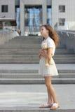 Retrato de una muchacha adolescente con un juguete Imagenes de archivo