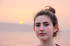Retrato de una muchacha adolescente de la edad imagenes de archivo