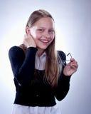 Retrato de una muchacha adolescente de risa con los vidrios en su mano Fotografía de archivo