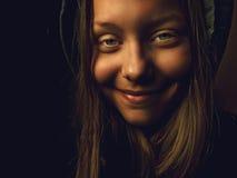 Retrato de una muchacha adolescente del diablo con una sonrisa siniestra Imágenes de archivo libres de regalías