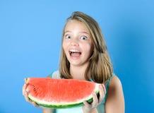 Retrato de una muchacha adolescente divertida con un pedazo grande de watermelo maduro Fotos de archivo libres de regalías