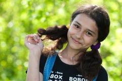 Retrato de una muchacha adolescente en la naturaleza Imagen de archivo