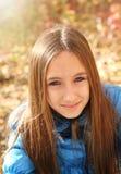 Retrato de una muchacha adolescente feliz Fotos de archivo