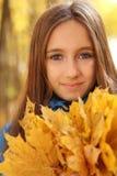 Retrato de una muchacha adolescente feliz en bosque del otoño Imagenes de archivo