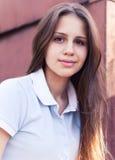 Retrato de una muchacha adolescente feliz hermosa Imagenes de archivo