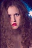 Retrato de una muchacha adolescente hermosa con los pelos rizados largos Fotografía de archivo