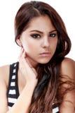 Retrato de una muchacha adolescente hermosa con los pelos rizados largos Fotos de archivo libres de regalías
