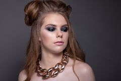 Retrato de una muchacha adolescente hermosa con un peinado y un cr maravillosos Imagen de archivo libre de regalías