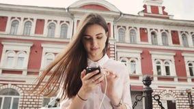 Retrato de una muchacha adolescente hermosa del estudiante que se sienta con el libro de la copia y studing Día de verano asolead Imágenes de archivo libres de regalías