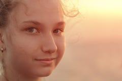 Retrato de una muchacha adolescente hermosa en la puesta del sol encendido Imagen de archivo libre de regalías