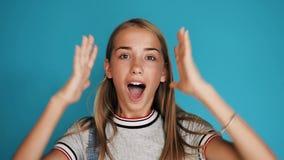 Retrato de una muchacha adolescente hermosa que expresa diversas emociones de la felicidad, sorpresa, choque Cara de una muchacha almacen de video