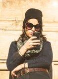 Retrato de una muchacha adolescente hermosa que mira su smartphone Foto de archivo libre de regalías
