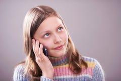 Retrato de una muchacha adolescente linda con el teléfono Foto de archivo libre de regalías