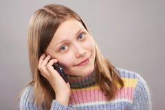 Retrato de una muchacha adolescente linda con el teléfono Fotografía de archivo libre de regalías