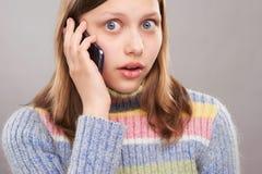 Retrato de una muchacha adolescente linda con el teléfono Fotos de archivo libres de regalías