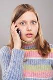 Retrato de una muchacha adolescente linda con el teléfono Fotos de archivo