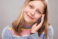 Retrato de una muchacha adolescente linda con el teléfono Imagen de archivo