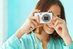 Retrato de una muchacha adolescente linda hermosa con la cámara digital de la foto Imagen de archivo