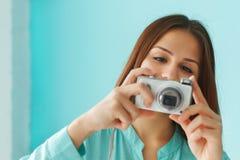 Retrato de una muchacha adolescente linda hermosa con la cámara digital de la foto Fotos de archivo