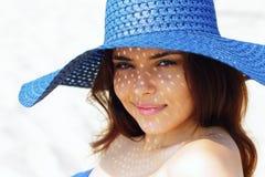 Retrato de una muchacha adolescente que descansa sobre la playa en sombrero Fotografía de archivo