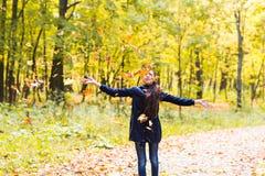 Retrato de una muchacha adolescente que juega con las hojas de otoño en bosque Fotos de archivo libres de regalías