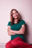 Retrato de una muchacha adolescente que se sienta en la tabla Foto de archivo libre de regalías