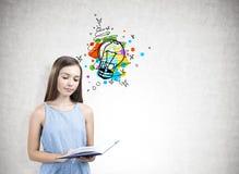 Retrato de una muchacha adolescente que sostiene un libro, bombilla Imagen de archivo libre de regalías
