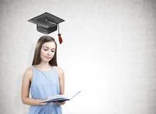 Retrato de una muchacha adolescente que sostiene un libro, educación Imagen de archivo